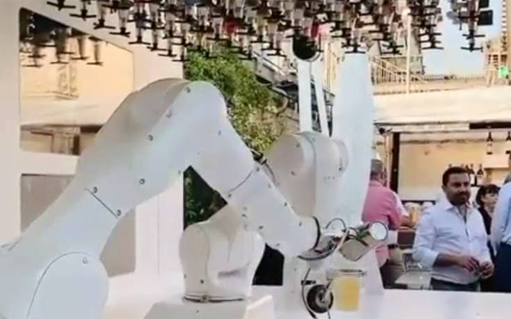 Το πρώτο ρομπότ-μπαρίστα στην Ιταλία πήρε θέση στο Ντουόμο του Μιλάνου – Newsbeast